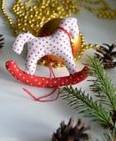 En toy på entree med porslin Jultomte och gran - tree royaltyfri foto