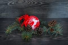 En toy på entree med porslin Jultomte och gran - tree Arkivbild