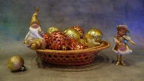 En toy på entree med porslin Jultomte och gran - tree Guld- färg Stilleben arkivbilder