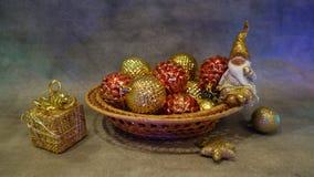 En toy på entree med porslin Jultomte och gran - tree Guld- färg Stilleben arkivfoto