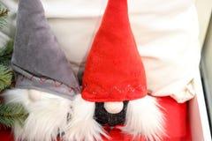 En toy på entree med porslin Jultomte och gran - tree Mjuka leksakgnomer gjorde av tyg i jul hatt-CAPS royaltyfria foton