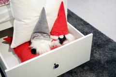 En toy på entree med porslin Jultomte och gran - tree Mjuka leksakgnomer gjorde av tyg i jul hatt-CAPS arkivfoton