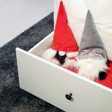 En toy på entree med porslin Jultomte och gran - tree Mjuka leksakgnomer gjorde av tyg i jul hatt-CAPS royaltyfria bilder