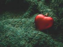 En toy på entree med porslin Jultomte och gran - tree Röd hjärta på en mjuk grön bakgrund royaltyfri fotografi