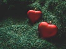 En toy på entree med porslin Jultomte och gran - tree Röd hjärta på en mjuk grön bakgrund arkivfoto