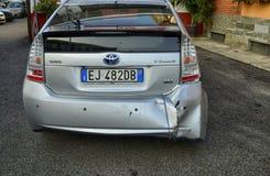 En Toyota Prius i metalliska grå färger skadades arkivfoton