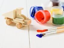 En träbil som ska dekoreras, målas och borstar Royaltyfri Bild