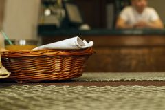 En träbrödkorg på en tabell arkivbild