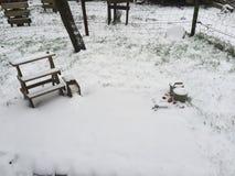 En trädgård i snö arkivfoton