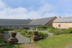 En trädgård inom den historiska fästningen av Louisburg på en delvis molnig eftermiddag Royaltyfri Foto