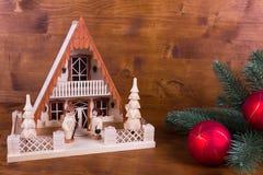 En träfyr med lantliga bakgrunds- och julbollar Fotografering för Bildbyråer