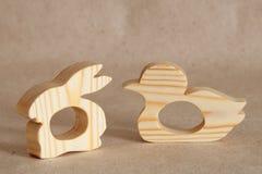 En trähandgjord leksak är en gnagare för att få tänder in behandla som ett barn i form av ett djur Arkivfoton