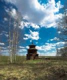 En träkyrka byggdes i ett fält Royaltyfri Fotografi
