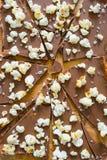 En träskärbräda och en bruten choklad Royaltyfri Bild