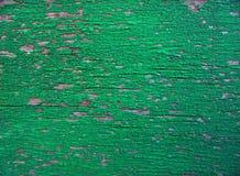 en träsurfaceold knäckte på grön målarfärg arkivbilder