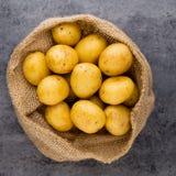 En trätappningbakgrund för bio rödbrun potatis Royaltyfri Fotografi