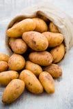 En trätappningbakgrund för bio rödbrun potatis Arkivfoto