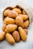 En trätappningbakgrund för bio rödbrun potatis Fotografering för Bildbyråer