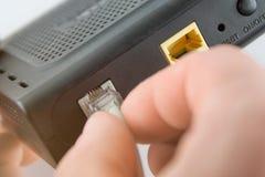 En tråd förband till routeren, en internetmodemanslutning, en internetinställning, ett bundit nätverk arkivbild