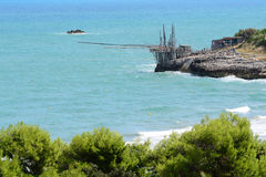 En Trabucco på kusten av den Gargano penisulaen, Italien Royaltyfria Foton