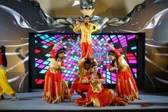 En traditionell dansa grupp som utför dans på etapp royaltyfri foto