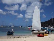 En traditionell dubblett-avslutad segelbåt som konkurrerar i den bequia easter regattan lager videofilmer