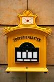 En traditionell gul brevlåda i Tyskland Kommunikation mellan folk som överför brev och mottar meddelanden Royaltyfri Fotografi