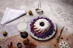 En traditionell hemlagad vaniljkaka och en vit dryck för jul semestrar på en grå bakgrund kopiera avstånd royaltyfria bilder