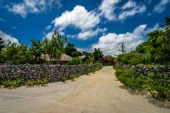 En traditionell by i den lilla ön av Taketomi, Okinawa Japan Royaltyfria Bilder