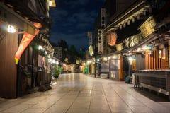 En traditionell japansk shoppinggata i Tokyo royaltyfri fotografi