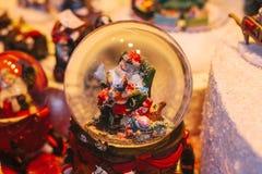 En traditionell symbolisk liten gåva för jul Julen klumpa ihop sig bolljulen isolerade white för mood tre Arkivfoton