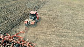 En traktor fungerar på ett stort fält som odlar jordning 4K _ arkivfilmer