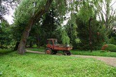 En traktor i parkerar royaltyfria foton
