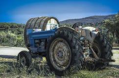 En traktor och dess arbete arkivbild