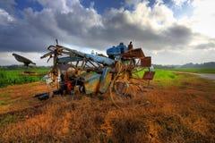 En traktor på risfältfältet Arkivfoton