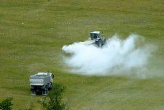 En traktor som börjar bespruta fältet med limefrukt/insekticid/bekämpningsmedlet arkivbilder