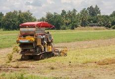 En traktor som skördar skördarna Royaltyfri Bild