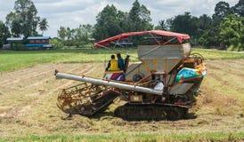 En traktor som skördar skördarna Arkivfoto
