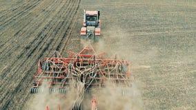 En traktor utför säsongsbetonade arbeten, innan göra kantjusterar Antenn 4K arkivfilmer