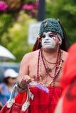 En transvestit går i den Iowa bögen Pride Parade Royaltyfria Bilder