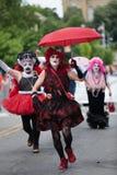 En transvestit kör gatorna i den glade Pride Parade Arkivbilder