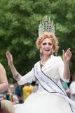 En transvestit rider i den glade Pride Parade - Deset Moines, Iowa Arkivbild