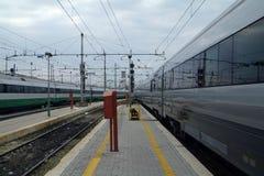 En treinen die komen gaan stock foto