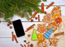 En trendig gåva är en smartphone Telefon på en trätabell Modern stil av liv Top beskådar Arkivbilder