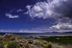 En trevlig bild av Mistic en Andean sjö royaltyfri foto
