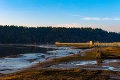 En trevlig solig dag som ut ser på vattnet Ett trevligt ställe för en vandring Arkivfoto