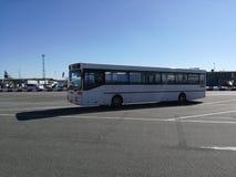 En trevlig vit turist- buss Arkivbild