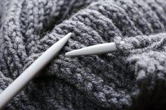 En tricotant des vêtements, fermez-vous  Photo stock