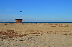 En träkoja på den A deserterade stranden Royaltyfri Fotografi