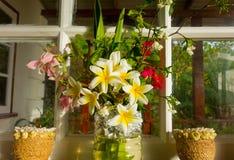 En tropisk bukett av kulöra blomningar Royaltyfri Fotografi